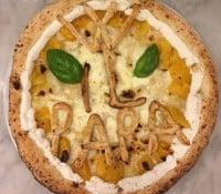 Pizzería napolitana entrega pizza al papa