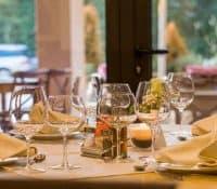 ¿Qué servicio de mesa ofrecer? Pros y contras de los principales tipos