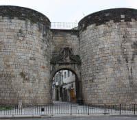 Nueva señalización en el centro de Lugo para el Camino Primitivo: cambio del kilómetro 100